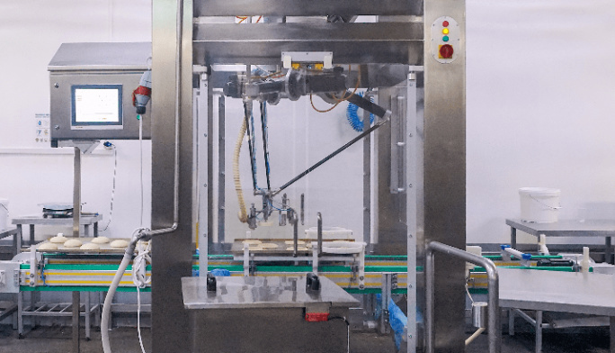 Российским роботом впервые оснастили линию производства хлебобулочных изделий