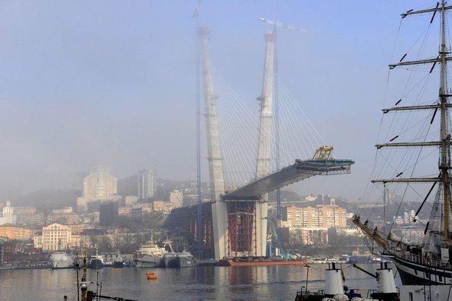 Пилон моста через залив Золотой Рог