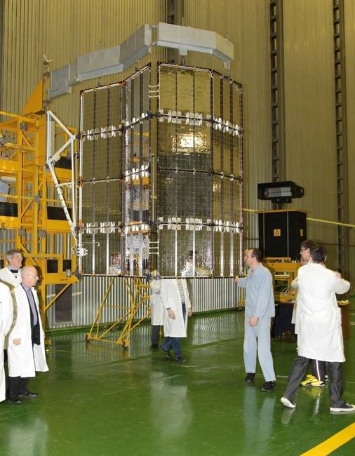 Работы по подготовке панелей солнечных батарей к установке на КА