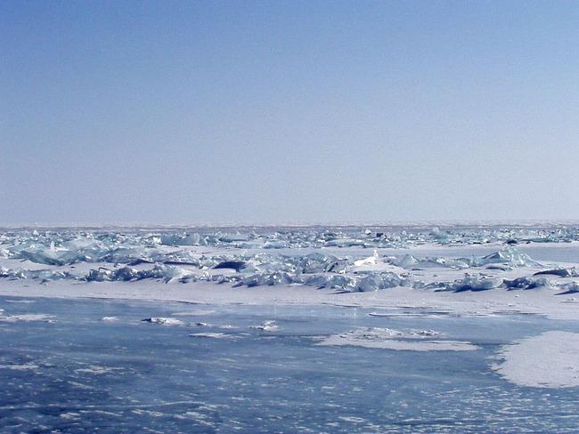 Лед на Байкале необычный. Где-то он гладкий и прозрачный, а где-то вздымается непролазными глыбами.