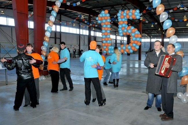 Рабочие гуляния в честь открытия нового производственного цеха