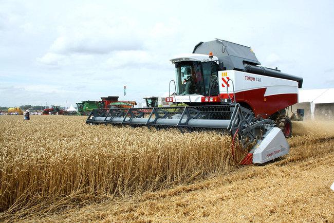 Продолжили показ техники компании Ростсельмаш трактора Buhler-VERSATILE (Бюлер Версатайл) 535 и Buhler-VERSATILE 2375.