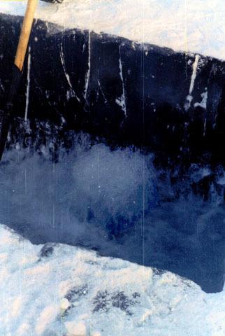 """Вода """"закипает"""" освободившись от льда и бьет фонтанами."""