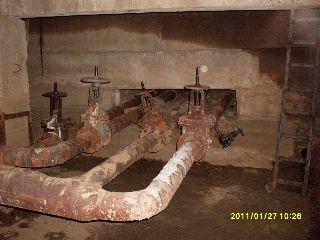 ржавые трубы в подвале 1