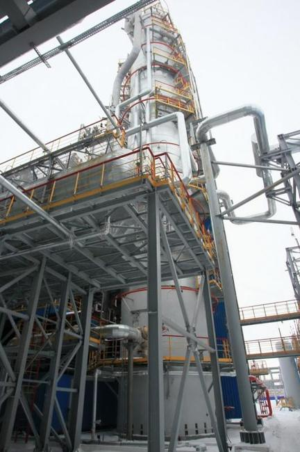 установка вакумной перегонки нефти на нефтеперерабатывающем заводе.