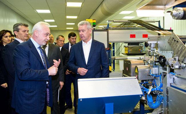 С.Собянин в сопровождении генерального директора холдинговой компании «Композит» Л.Меламеда осмотрел производство предприятия «Композит»