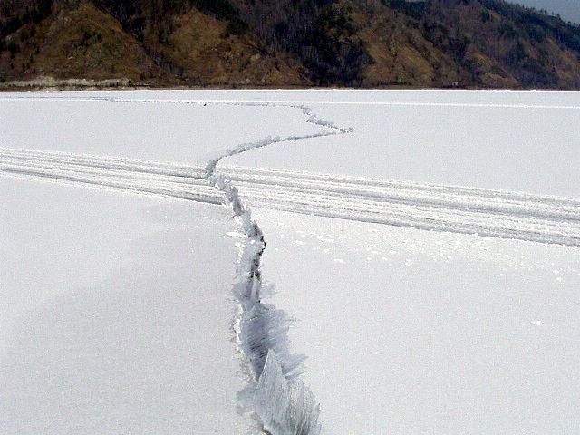 А где-то даёт неожиданную трещину по среди зимы.