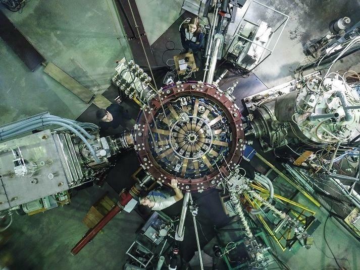 Токамак Глобус-М2 с подключенными источниками дополнительного нагрева. Вид сверху