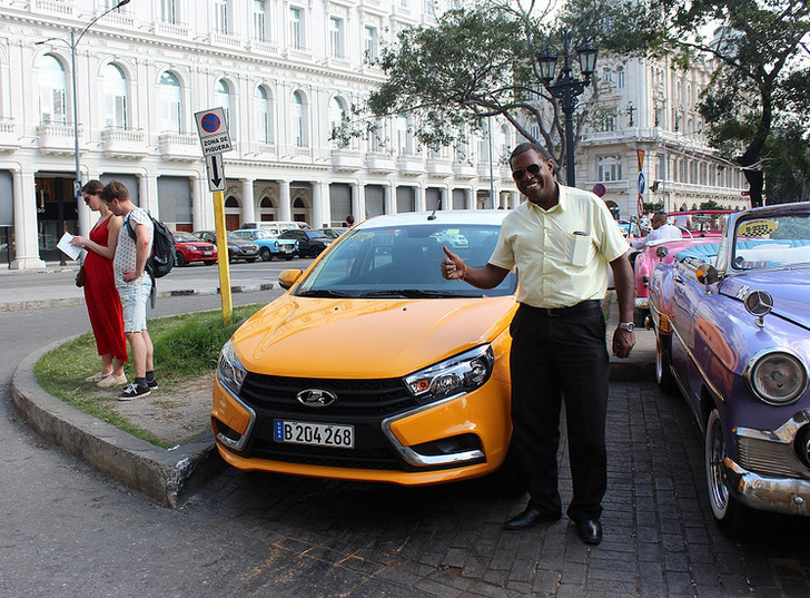 Lada Vesta на одной из улиц Гаваны