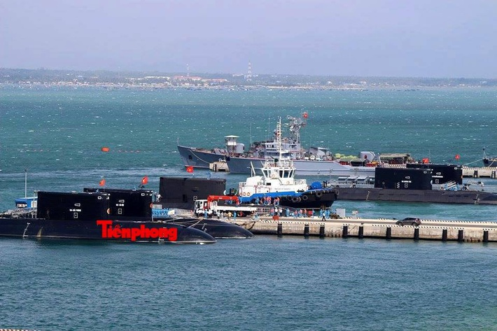 Главная база ВМС Вьетнама Камрань. Дизель-электрические подводные лодки проекта 06361, построенные в России на ОАО «Адмиралтейские верфи». Вся пятёрка в одном кадре!