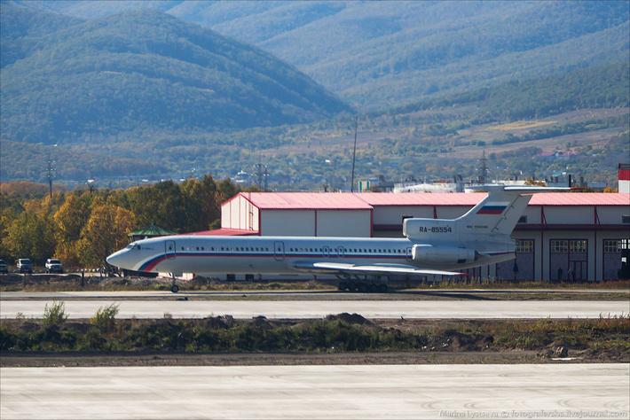 Ту-154Б-2 на РД рядом с новой аварийно-спасательной станцией