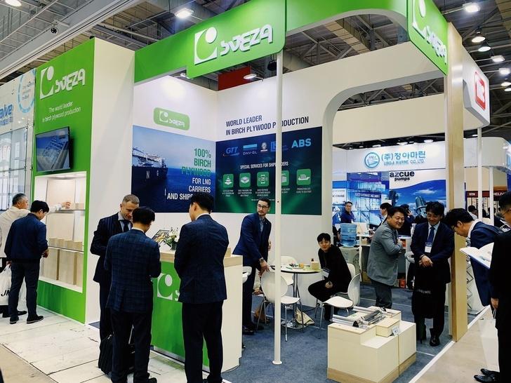 на выставе в Южной Корее представлен продукт SVEZA Gas — 100% березовая фанера, которую используют в изоляционной обшивке судов, перевозящих СПГ