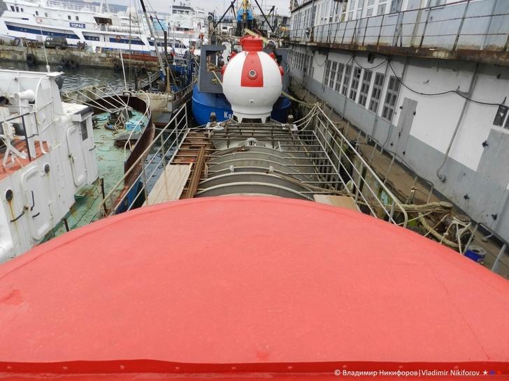 Обзор с верхней точки рубки. Вид на спасательную капсулу. Фото из архива В.Никифорова