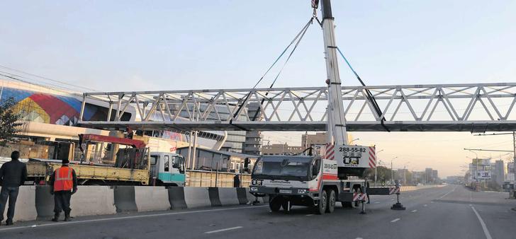 Уникальный 37-метровый пешеходный мост из алюминиевых сплавов установили в середине октября в Красноярске у ледовой арены «Кристалл» через улицу Партизана Железняка. Конструкцию изготовили на КраМЗе специально к Универсиаде-2019. Впереди еще два этапа – установка навеса и обустройство лестничных пролетов