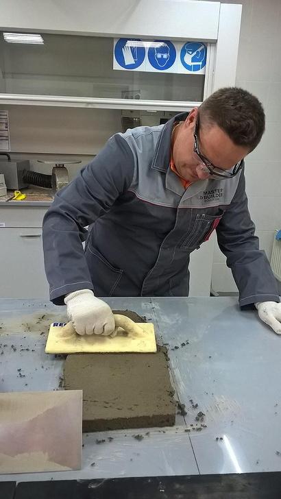 Специалист компании «БАСФ Строительные системы» демонстрирует преимущества новой стяжки