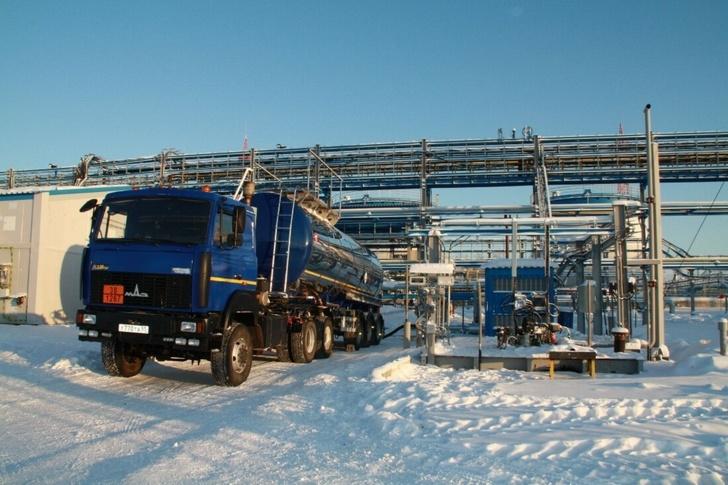 Автоцистерна с нефтью на Установке комплексной подготовки газа №3