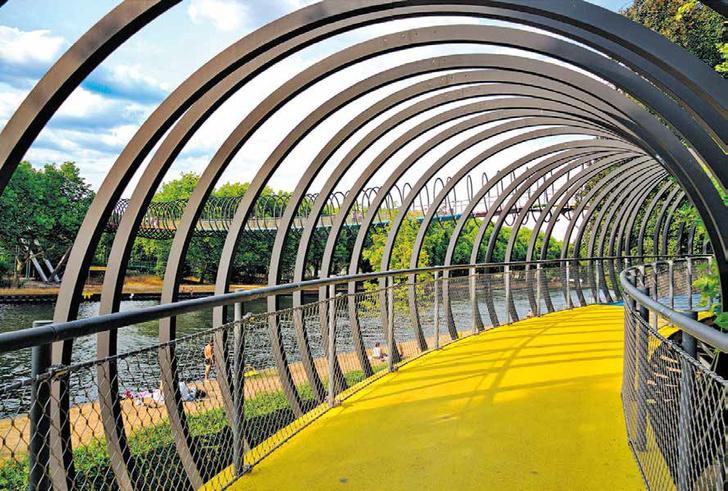 МОСТ-ПРУЖИНА Оберхаузен, Германия Пешеходный переход, соединяющий два бе- рега реки Рейн, был по- строен еще в 2001 году и внешне похож на детскую игрушку-пру- жинку слинки. Мост имеет длину 406 метров и состоит из 496 боль- ших алюминиевых колец. Благодаря яркой подсветке из 16 цветов наиболее эффектно сооружение выглядит в вечернее время суток.