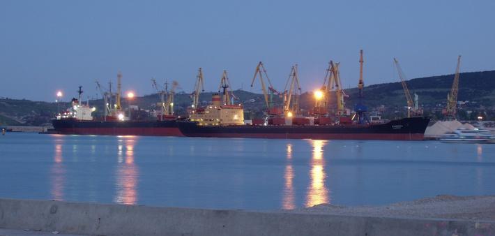 Перегрузка сухих грузов в Феодосийском порту