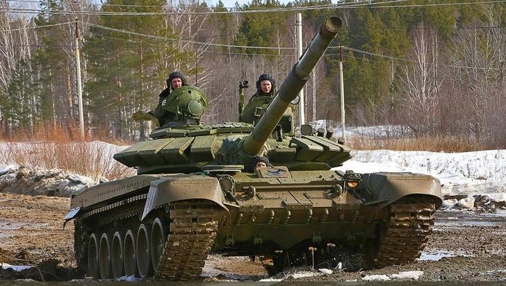 Уралвагонзавод досрочно передал в войска партию танков Т-72Б3