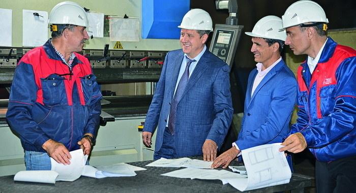 Владимир Сорокин (в центре) на участке механической обработки деталей