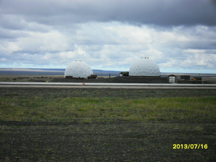 Новая ВПП на переднем плане, перед радарами