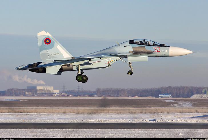 """Один из четырех предназначенных для Армении истребителей Су-30CМ (бортовой номер """"32 красный""""), построенных на Иркутском авиационном заводе, во время промежуточной посадки в аэропорту Уфа, 26.12.2019 (с) Максим Штурм"""