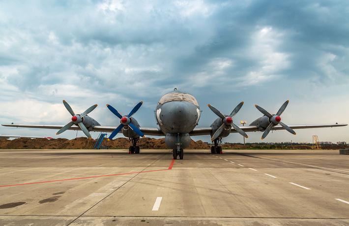 Ил-38 СФ - один из винтов недавно заменен на новый