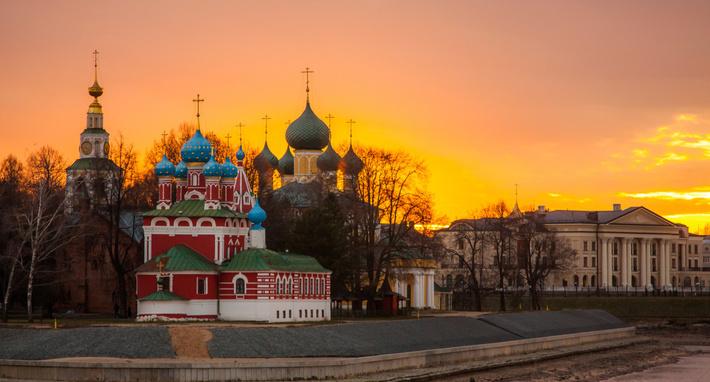 Волга здесь делает угол.