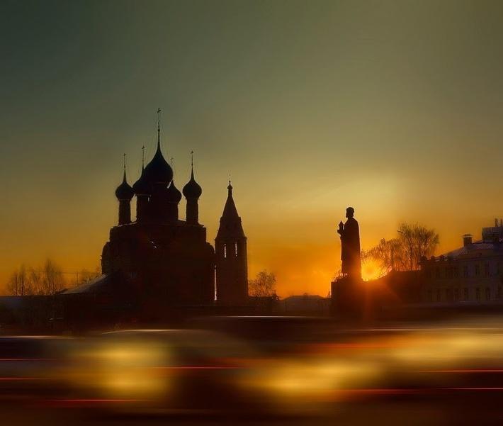 Памятник расположен на площади Богоявления в центре Ярославля.