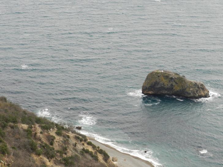 Та самая скала, которую будут облагораживать. Виден поваленный крест и Яшмовый пляж