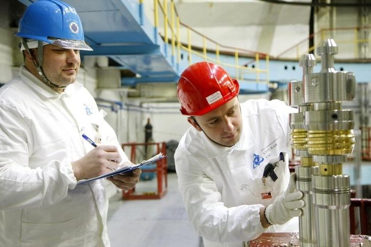 Ведущий инженер-механик реакторного цеха №2 Александр Иволгин и оператор транспортного технологического оборудования РЦ-2 Александр Быкавцов готовят оборудование к загрузке ДПК