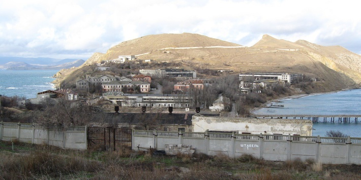 Вид на Феодосийский завод «Гидроприбор» с перешейка в направлении полуострова