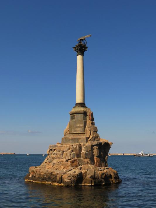 Памятник затопленным кораблям, сооружен в 1905 году.