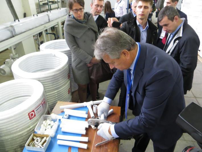 Генеральный директор компании «Экструзионные машины» Виктор Крикотин демонстрирует простоту и надежность соединений металлополимерных труб с помощью модульных фитингов по технологии контролируемой двусторонней сварки.