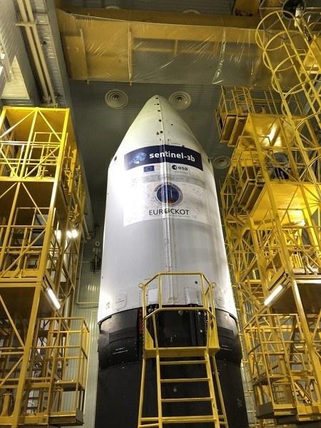 """сборка космической головной части ракеты-носителя «Рокот» в составе разгонного блока «Бриз-КМ» и космического аппарата Sentinel-3B. на космодроме """"Плесецк"""""""