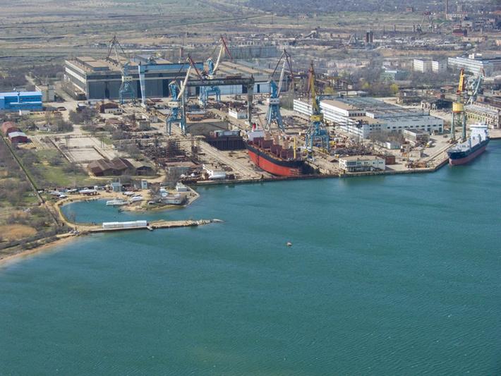 Вид из Керченского пролива с высоты на судостроительный завод «Залив»