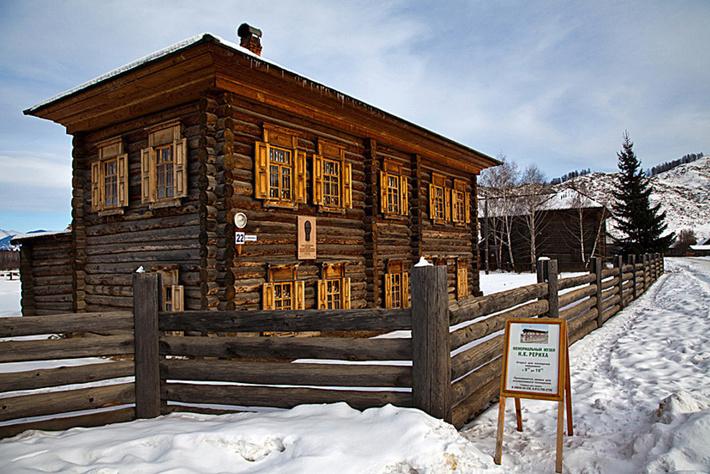 В этом доме с 7 по 19 августа 1926 года останавливалась экспедиция Рерихов.