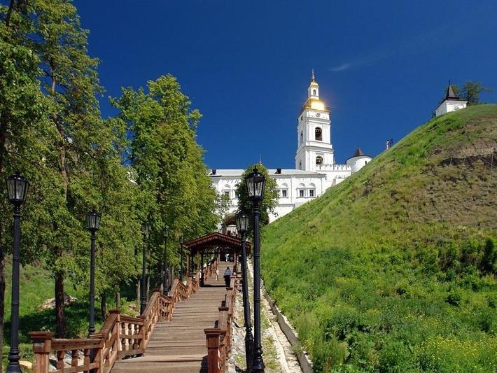 Прямской взвоз состоит из 198 ступенек деревянной лестницы.