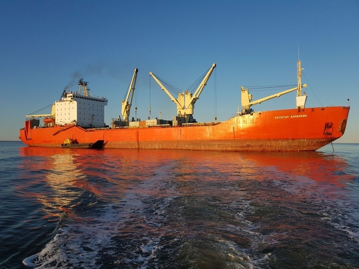 Теплоход «Капитан Данилкин» доставил новый строительный груз на остров Земля Александры