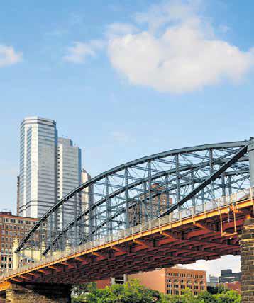 ИСТОРИЯ ВОПРОСА Родиной алюминиевых мостов можно считать США. Еще в 1933 году в Питсбурге на одном из мостов некоторые стальные элементы конструкции были заменены на алюминиевые. Тогда сооружение «похудело» на 700 тонн. Первый цельный мост из алюминия был железнодорожным. Его построили в городке Массена (штат Нью-Йорк) в 1946 году. А первое мостовое сооружение для автотранспорта длиной 153 метра появилось в провинции Квебек в Канаде в начале 1950-х годов. Всего до 1963 года на территории Северной Америки было построено девять алюминиевых мостов, восемь из которых действуют и поныне. В 1970-е годы интерес мостостроителей к алюминию упал, но с середины 1990-х проектировщики снова обратились к этому материалу. Сегодня алюминиевые мосты активно строятся в США, Канаде, Японии, Европе, Китае.