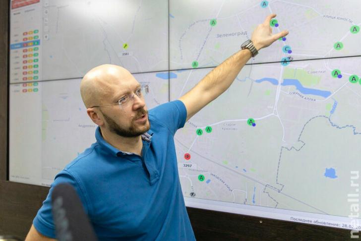 Константин Антонович, технический директор компании «СпецДорПроект» у экрана с интерфейсом программы «Око». Фото Инфопортала