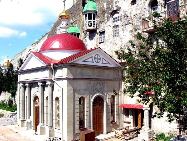 Основные помещения монастыря высечены в скале.