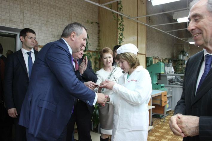 Вручение российских паспортов вице-премьером РФ Дмитрием Рогозиным, апрель 2014