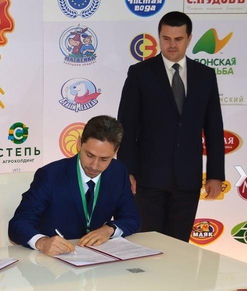 гендиректор «Группы АГРОКОМ» Сергей Сапотницкий подписывает договор, 10 октября 2018