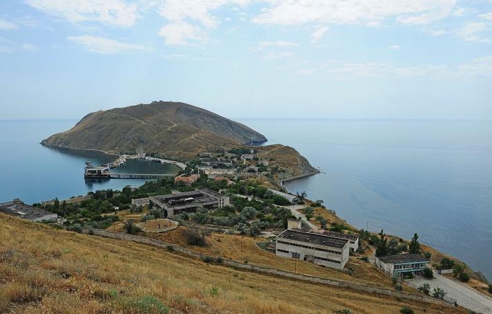 Вид на Феодосийский завод «Гидроприбор» с полуострова