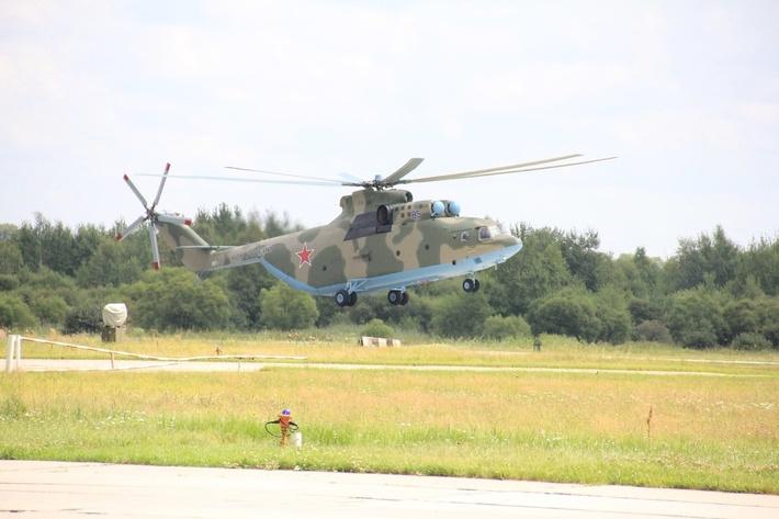 Новый транспортный вертолет Ми-26 приземляется на аэродром постоянной дислокации армейской авиации ВВО в Хабаровске