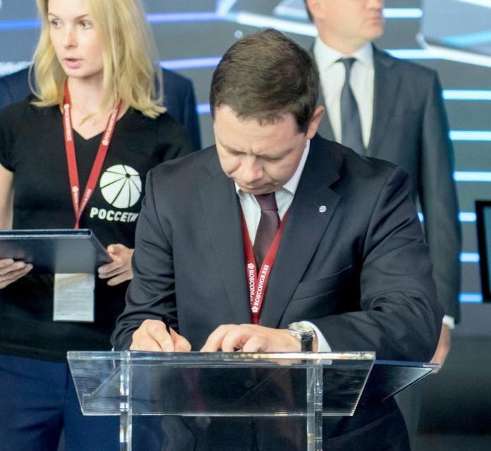 Генеральный директор АО «Концерн «Вега» Вячеслав Михеев подписывает соглашение