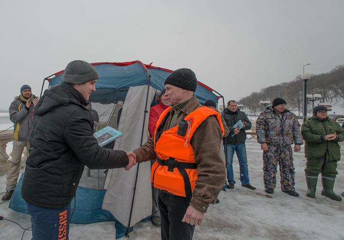 """Капитан судна """"Мираж-7"""" Сергей Демашов получает памятный приз"""