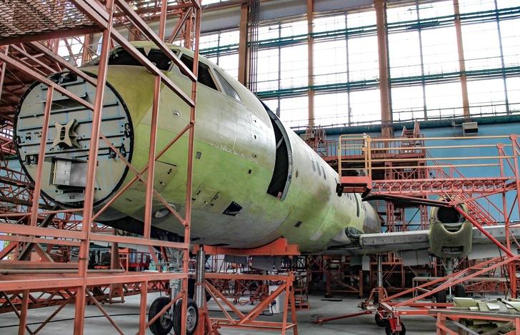 Сборка первого опытного Ил-114-300 в Жуковском