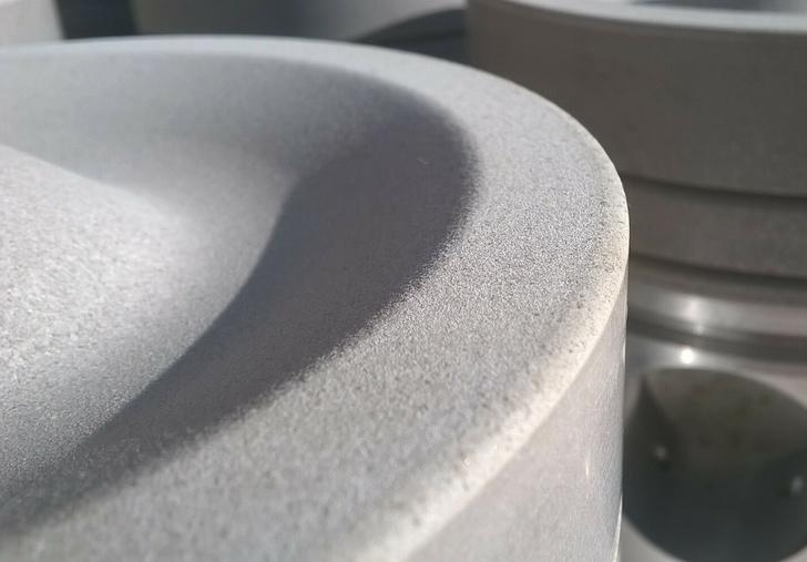 Каталитически-активный термобарьерный керамический модификационный слой на поверхности дна поршня и/или сферы и выпускных каналов головки ДВС и способ его формирования